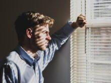 smutný muž u okna